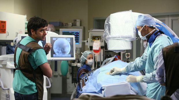 Tony (John Stamos, l.) wird zu einer wichtigen Operation gerufen. Kann er sic...