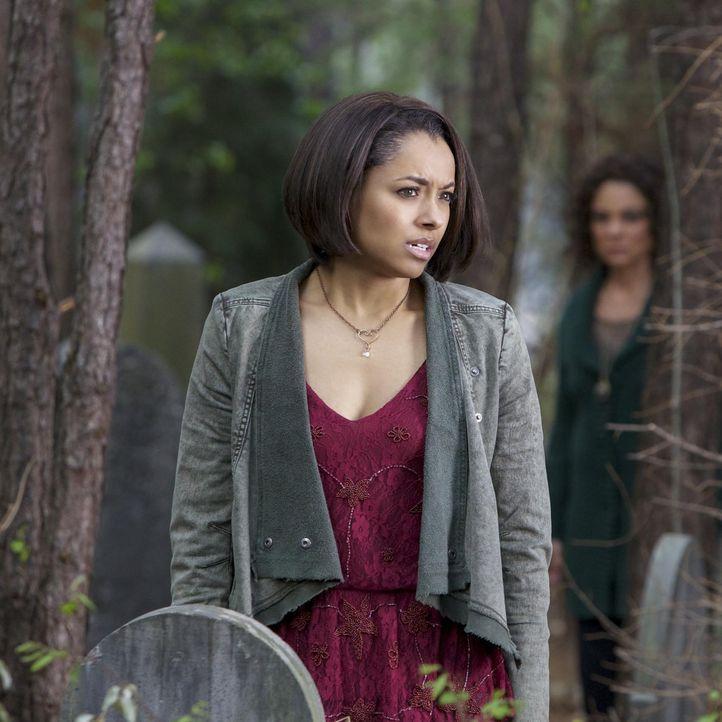 Bonnie steht auf dem Friedhof - Bildquelle: Warner Brothers Entertainment Inc.