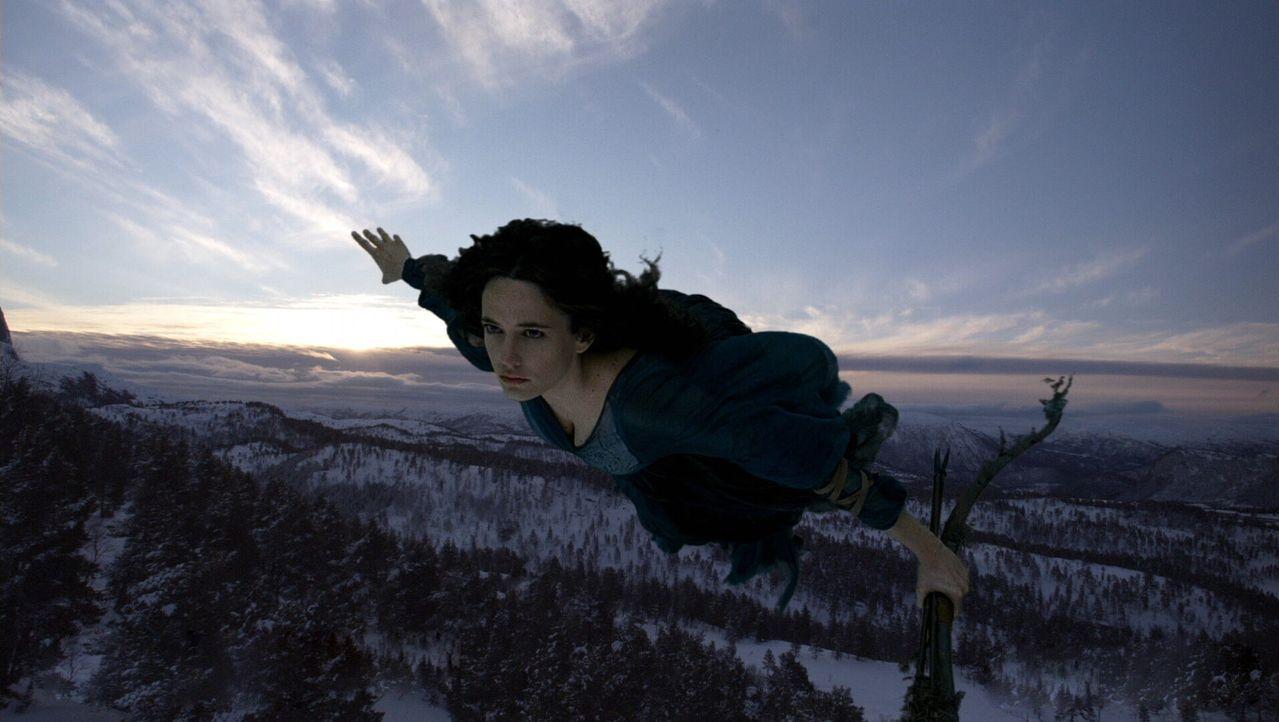 Die Hexe Serafina Pekkala (Eva Green), kommt einem Mädchen zu Hilfe, dass die Macht haben könnte, das Schicksal der Welt zu verändern ... - Bildquelle: Warner Bros.