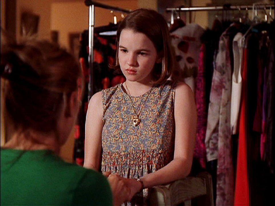 Nikki (Kay Panabaker, r.) kann sich nur schwer daran gewöhnen, dass sie nun bei ihrer Tante Ava (Lori Loughlin, l.) in Kalifornien leben muss ... - Bildquelle: CBS Television