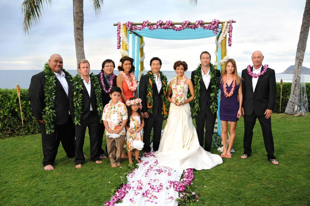 Feiern gemeinsam Chin Ho (Daniel Dae Kim, M.) und Malia (Reiko Aylesworth, 4.v.r.) schönsten Tag im Leben: Kamekona (Taylor Wily, l.), Danny (Scott... - Bildquelle: TM &   CBS Studios Inc. All Rights Reserved.
