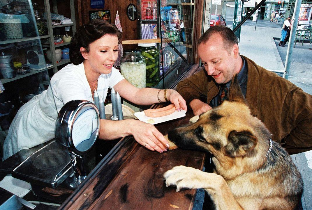 Kunz (Martin Weinek, r.) und Rex nehmen einen Imbiss am Würstelstand von Elli Lischka (Bettina Redlich, l.). - Bildquelle: Ali Schafler Sat.1