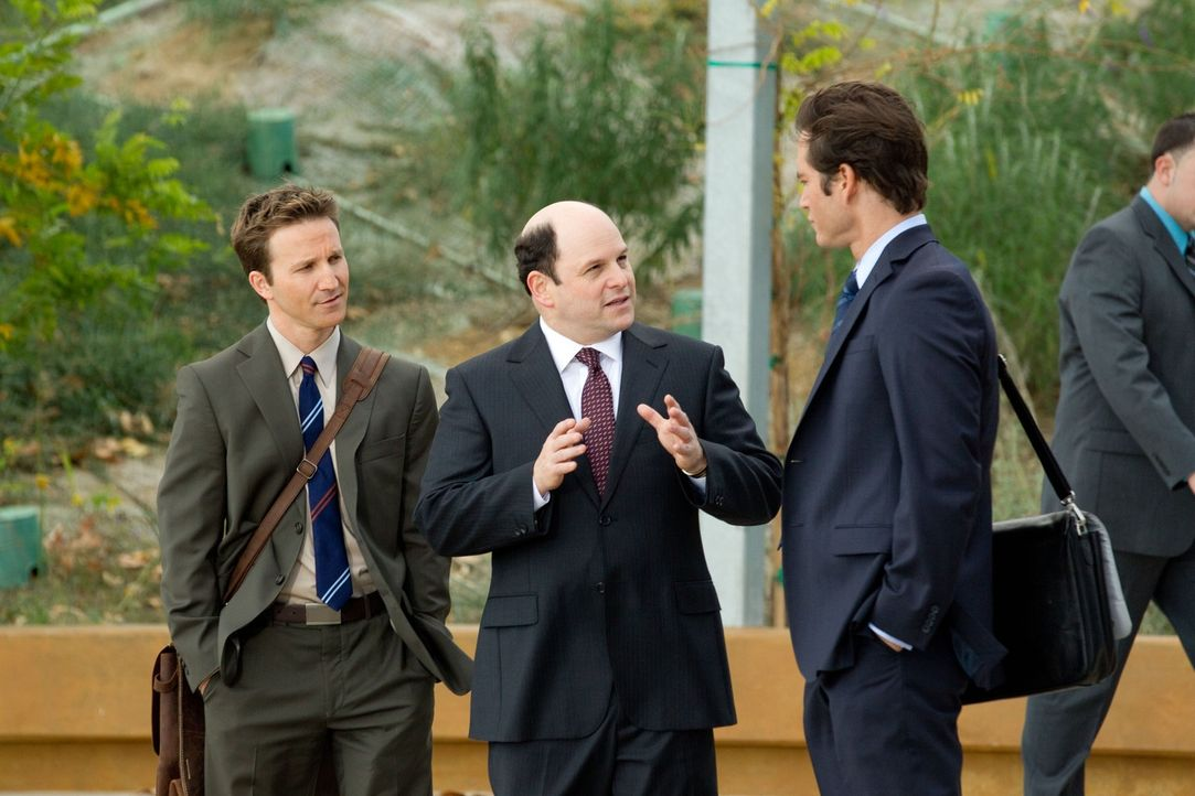 Vertraut auf die Hilfe von Franklin (Breckin Meyer, l.) und Bash (Mark-Paul Gosselaar, r.): Die beiden Anwälte sollen Carter Lang (Jason Alexander,... - Bildquelle: 2011 Sony Pictures Television Inc. All Rights Reserved.