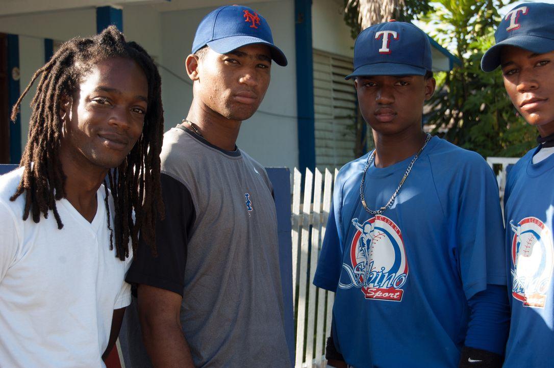 Reporter Seyi Rhodes (l.) trifft in der Dominikanischen Republik junge Männer, deren größter Traum es ist, in der US Major League Baseball zu spiele... - Bildquelle: Quicksilver Media