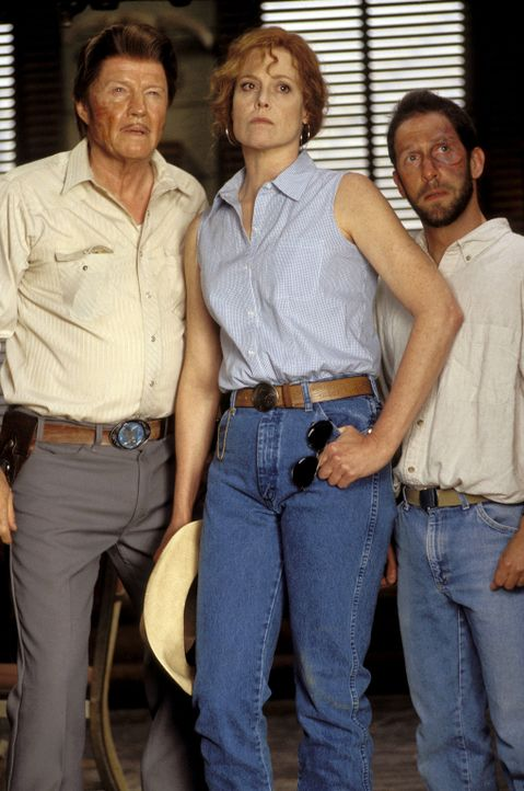 Die unerbittliche Leiterin eines Jugendstraftäterlagers Warden Walker (Sigourney Weaver, M.) und der ebenfalls unausstehliche Aufseher Mr. Sir (Jon... - Bildquelle: Buena Vista Pictures Distribution