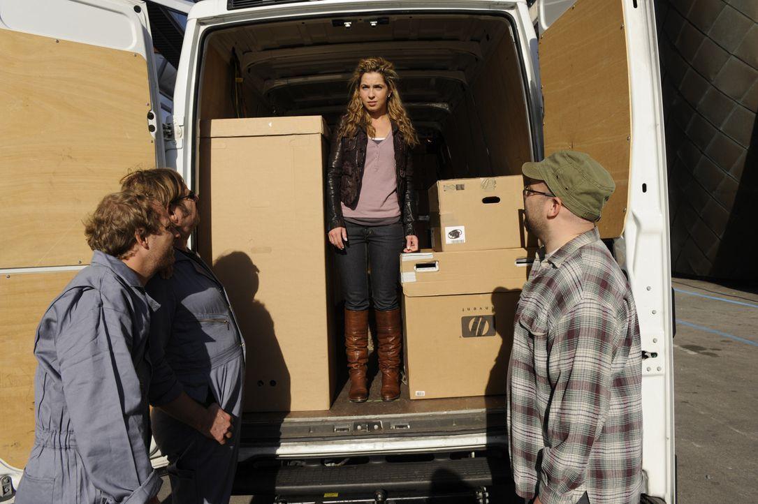 Nina (Maria Wedig, 2.v.r.) wurde im Transporter eingeschlossen und schafft es nicht, sich noch vor der Abfahrt zu befreien oder auf sich aufmerksam... - Bildquelle: SAT.1