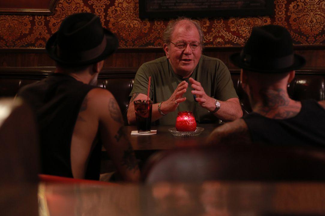 """Tim, ein alter Cop, hat sich gemäß seines Spitzamens """"Popler"""" ein ganz spezielles Tattoo stechen lassen ... - Bildquelle: 2013 A+E Networks, LLC"""