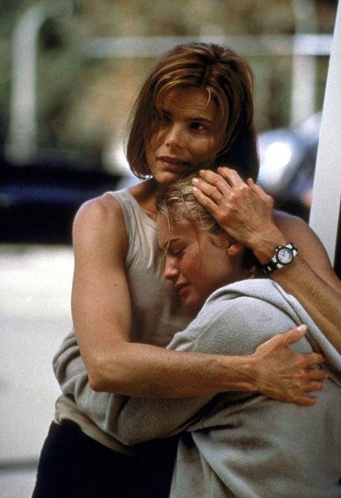 Alex (Mariel Hemingway, l.) kann Jess (Monica Keena, r.) aus der Hand der brutalen Entführer befreien ... - Bildquelle: Columbia TriStar
