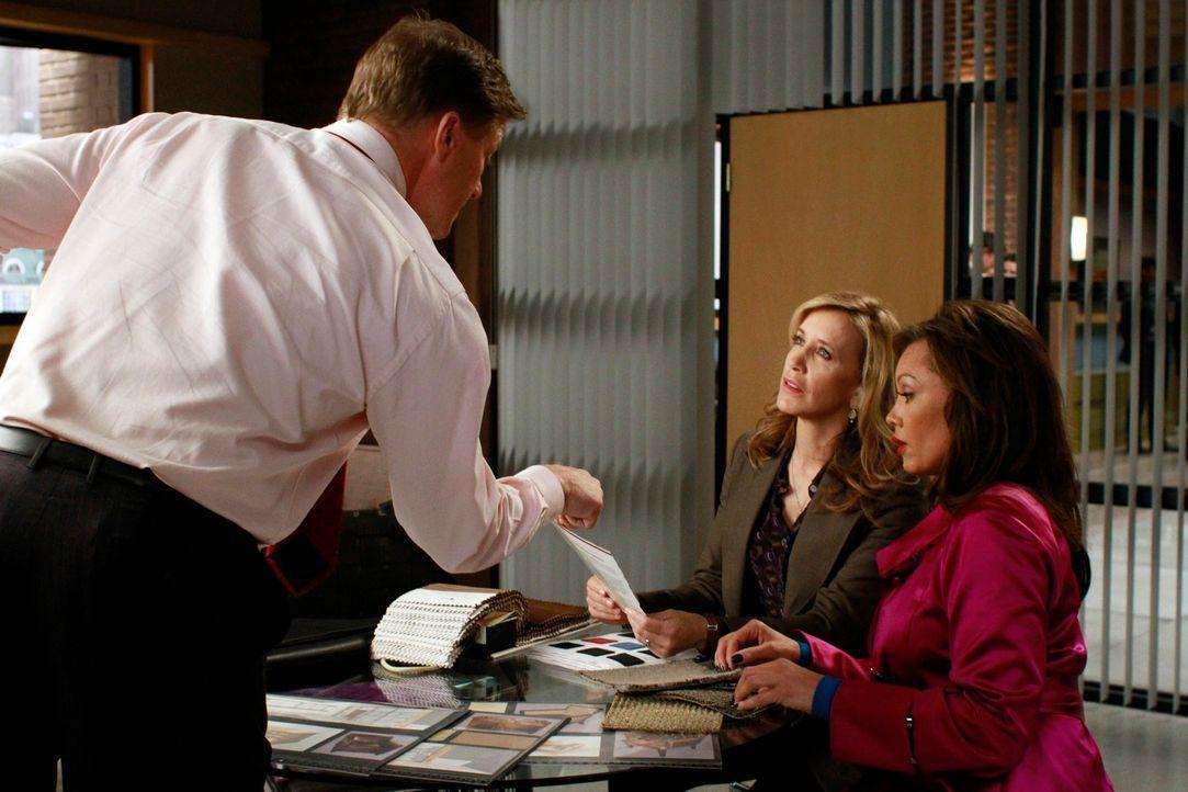 Während Bree Schwierigkeiten mit den schlechten Manieren ihrer Hausgäste Juanita und Celia hat, hat Tom (Doug Savant, l.) Lynette (Felicity Huffman,... - Bildquelle: ABC Studios