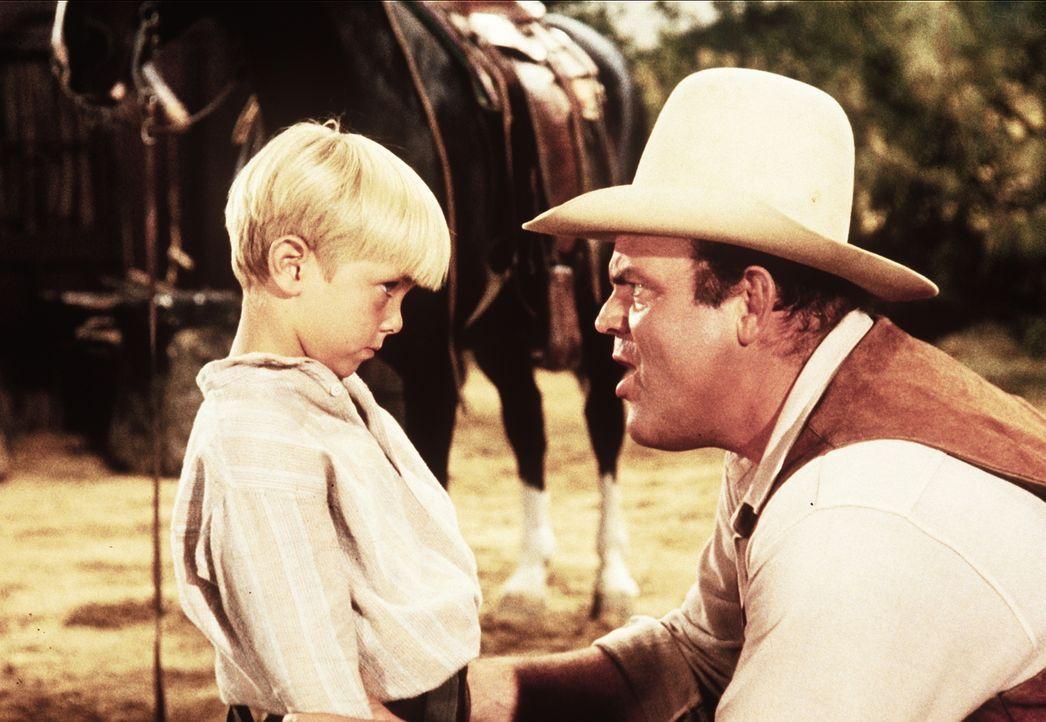 Hoss Cartwright (Dan Blocker, r.) versucht, sich mit dem taubstummen Tommy (Teddy Quinn, l.) anzufreunden. - Bildquelle: Paramount Pictures