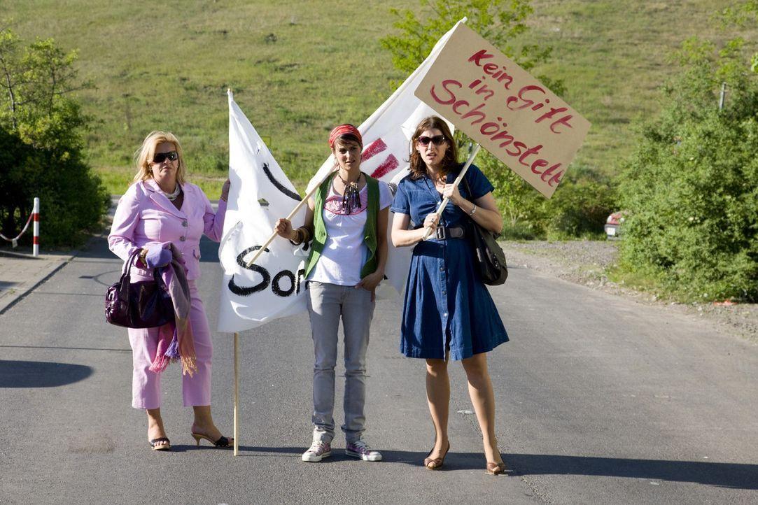 Noch verstehen Julia (Elena Uhlig, r.), Birgit (Petra Kleinert, l.) und Yvonne (Liane Forestieri, M.) nicht, warum ihre Freundinnen nicht zu dem ver... - Bildquelle: SAT.1