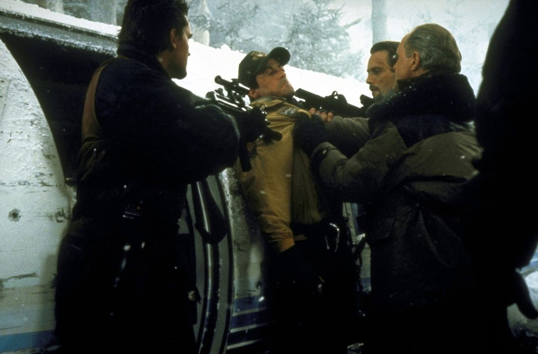 Gangster-Boss Eric Qualen (John Lithgow, r.) und seine Handlanger locken Gabe Walker (Sylvester Stallone, M.) in eine Falle ... - Bildquelle: 1993 Cliffhanger B.V. All Rights Reserved.