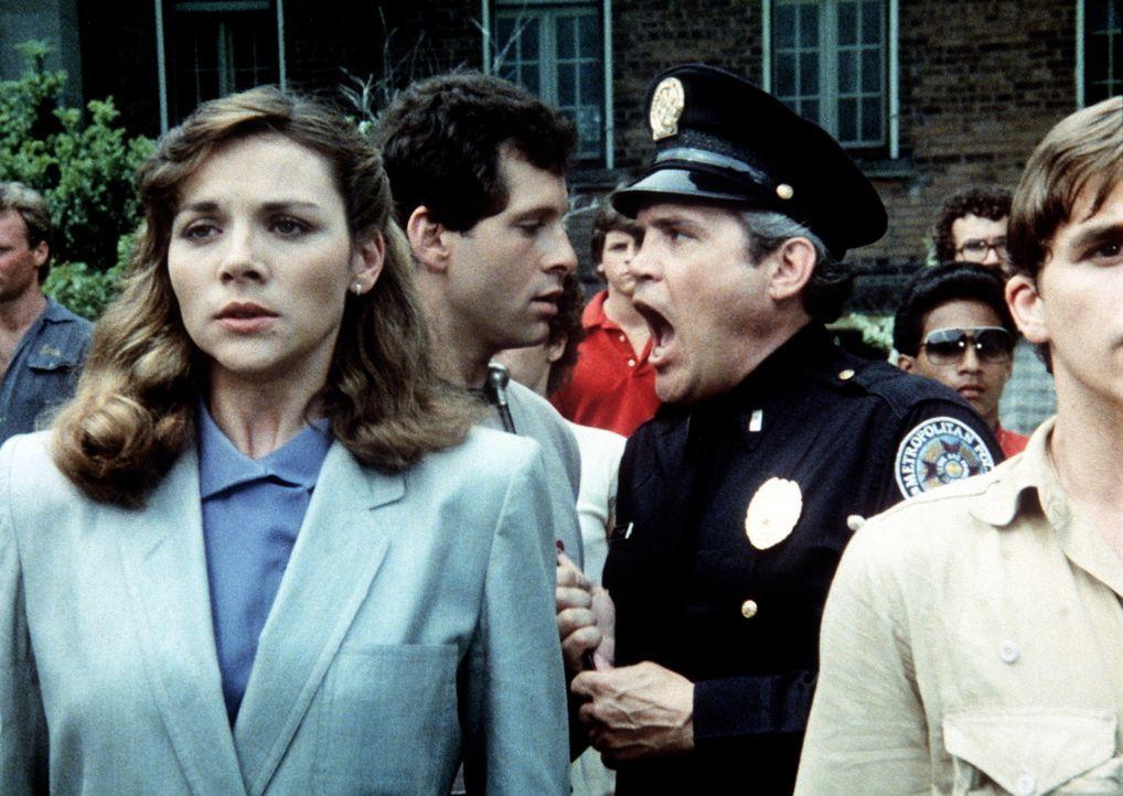Karen Thompson (Kim Cattrall, l.), Tochter aus gutem Hause, geht zur Polizeischule, um etwas zu erleben, während Mahoney (Steve Guttenberg, M.) so s... - Bildquelle: Warner Bros.