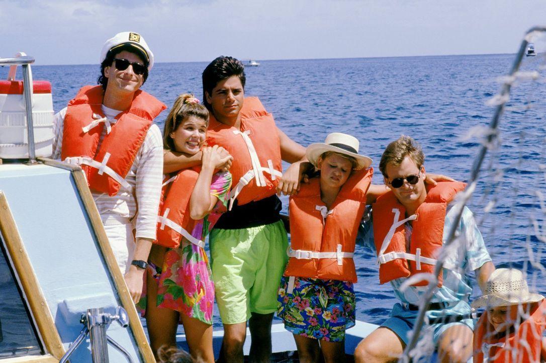 Eigentlich wollte Danny (Bob Saget, l.) Becky (Lori Loughlin, 2.v.l.), Jesse (John Stamos, M.), D.J. (Candace Cameron, 2.v.r.) und Joey (Dave Coulie... - Bildquelle: Warner Brothers Inc.
