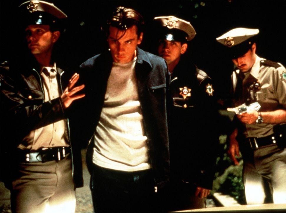 Als vermeidlicher Mörder wird Billy (Skett Ulrich, 2.v.l.) von der Polizei festgenommen ... - Bildquelle: Dimension Films