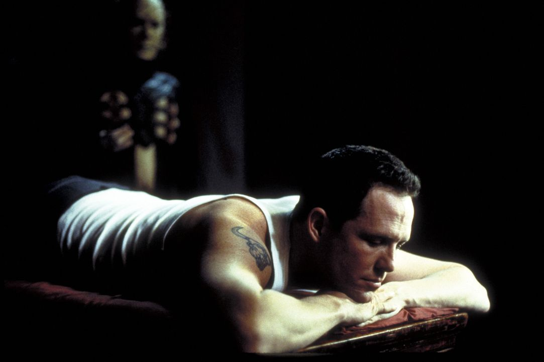 Trevor (Dean Winters, r.) ahnt nicht, dass der Metallwürfel, den er Kristy geschenkt hat, Pinhead (Doug Bradley, l.) und die Cenobiten wieder auf d... - Bildquelle: Miramax Films