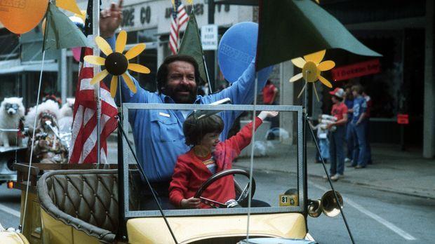 Sheriff Craft (Bud Spencer, hinten) hat mit seinem kleinem Pflegesohn (Cary G...