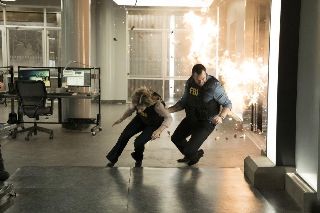 Das war knapp! Patterson (Ashley Johnson, l.) und Weller (Sullivan Stapleton, r.) ... - Bildquelle: Warner Brothers