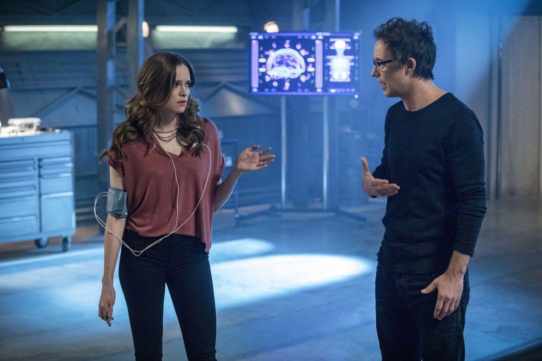 Als Harry (Tom Cavanagh, r.) versucht, in Caitlin (Danielle Panabaker, l.) Killer Frost zu erwecken, wird dem Team Flash mehr und mehr bewusst, dass... - Bildquelle: 2017 Warner Bros.