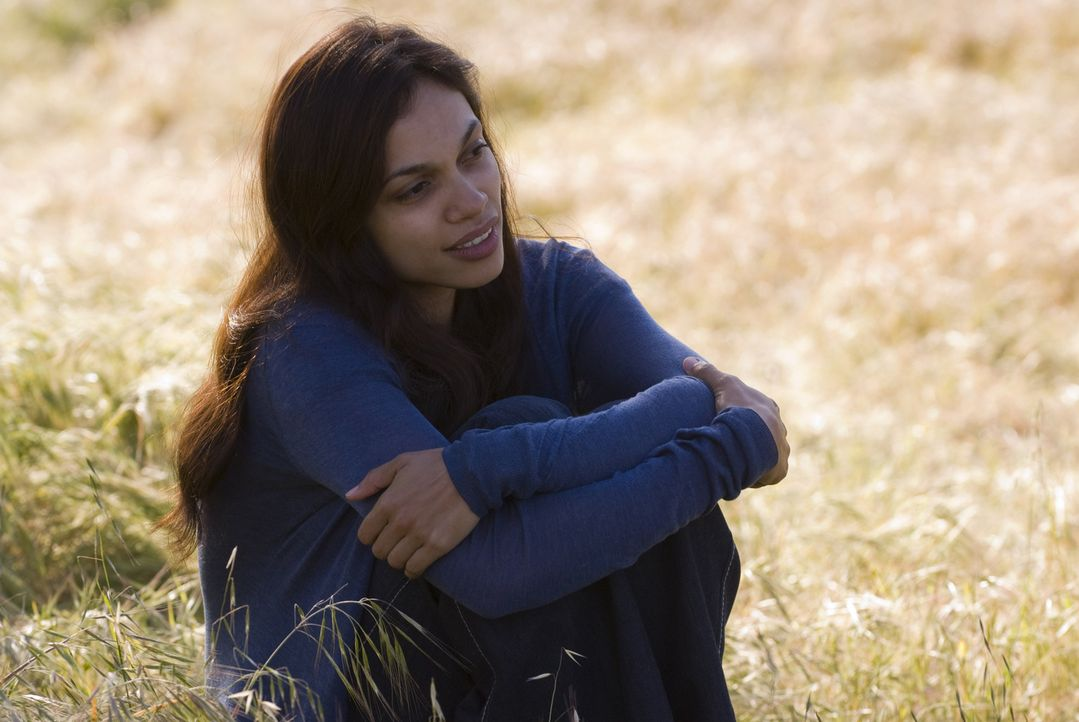 Die schwer herzkranke Grafikerin Emily Posa (Rosario Dawson) hat nicht mehr lange zu leben, sofern nicht ein Wunder geschieht ... - Bildquelle: 2008 Columbia Pictures Industries, Inc. and Beverly Blvd LLC. All Rights Reserved.
