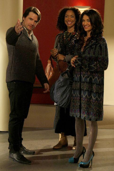 Um Vanessa (Jessica Szohr, r.) und ihre Mutter (Gina Torres, M.) zu versöhnen, wurden beide kurzerhand von Rufus (Matthew Settle, l.) zum Thanksgivi... - Bildquelle: Warner Brothers