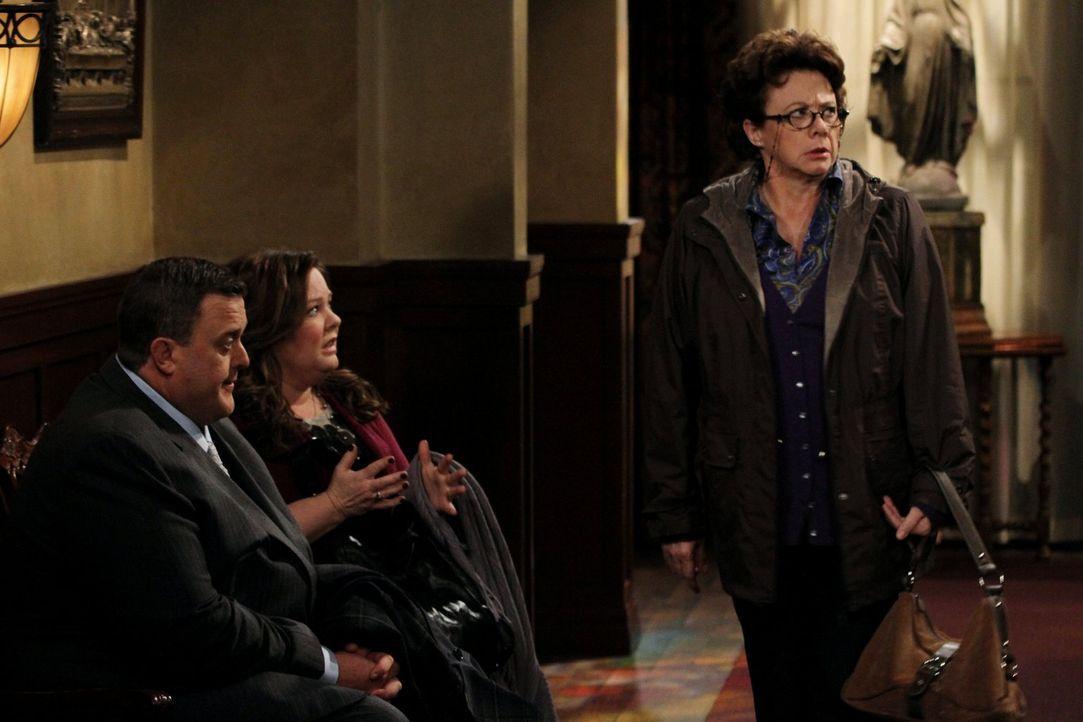 Als sich Mike (Billy Gardell, l.) und Molly (Melissa McCarthy, M.) mit dem Pfarrer in Peggys (Rondi Reed, r.) Kirche treffen, kostet sie Mollys dire... - Bildquelle: Warner Brothers
