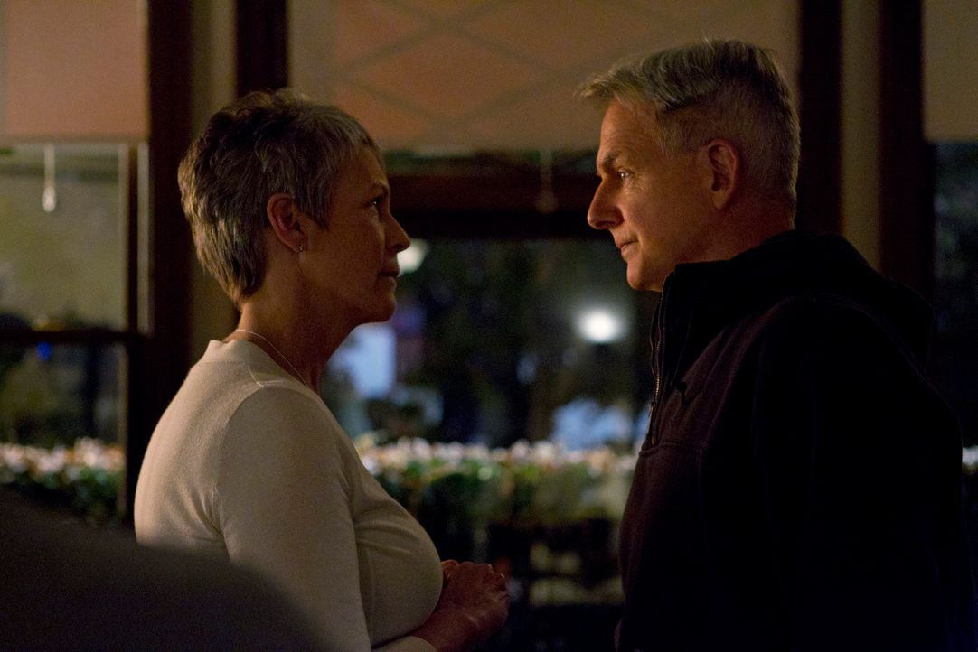 Was läuft zwischen Gibbs (Mark Harmon, r.) und Dr. Samantha Ryan (Jamie Lee Curtis, l.)? - Bildquelle: 2012 CBS Broadcasting Inc. All Rights Reserved.