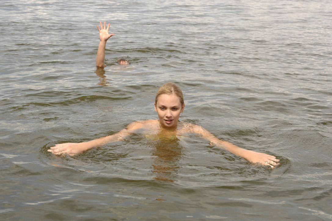Unwissendlich bringt Lily (Jill Funke, vorne) Jojo (Bernhard Bozian, hinten) in große Gefahr ... - Bildquelle: Sat.1