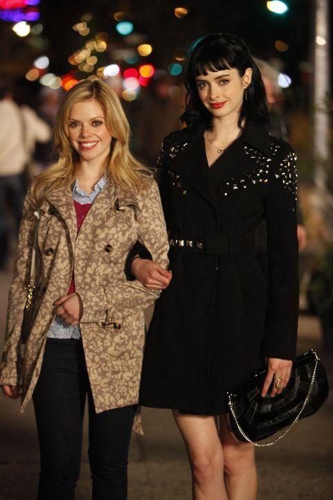"""Für Chloe (Krysten Ritter, r.) ist June (Dreama Walker, l.) nur eine von vielen naiven Mädchen, die Chloe im Fach """"wahres Leben"""" belehren will ... - Bildquelle: 2012 American Broadcasting Companies. All rights reserved."""