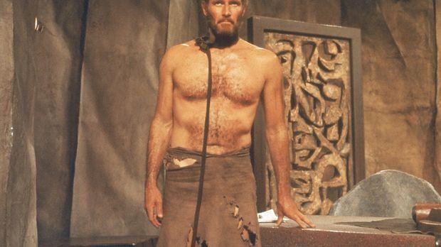 Wegen einer Notlandung geraten Kommandant Taylor (Charlton Heston) und sein T...
