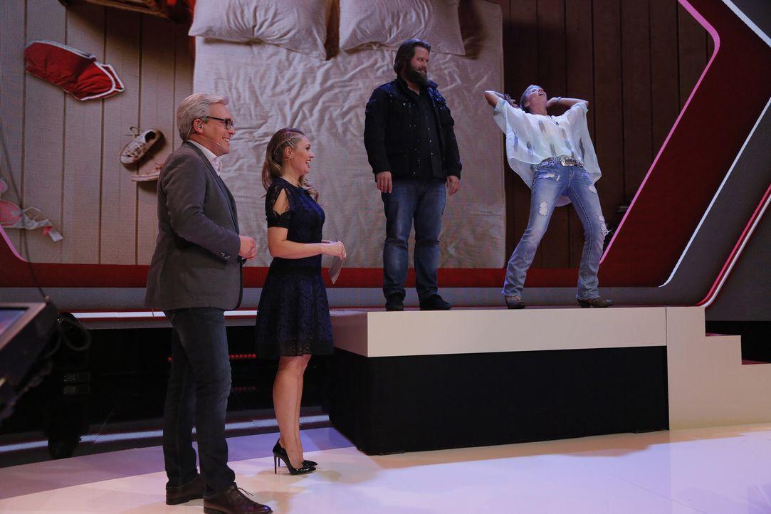 """In der neuen SAT.1-Panelshow """"So tickt der Mensch"""" zeigen Moderatorin Ruth Moschner (2.v.l.), Diplom-Psychologe Rolf Schmiel (2.v.l.) und ihre Gäste... - Bildquelle: Richard Hübner SAT.1"""