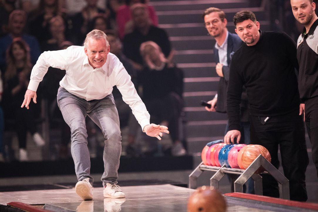 Johannes B. Kerner versucht sein Glück beim Bowling. - Bildquelle: Jens Hartmann ProSieben/Jens Hartmann