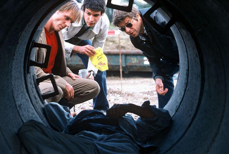 Jupp (Uwe Fellensiek, r.), Falk (Dirk Martens, l.) und Gino (Luca Zamperoni, M.) haben eine Leiche gefunden, die vollgepumpt mit Gift ist ... - Bildquelle: Münstermann Sat.1