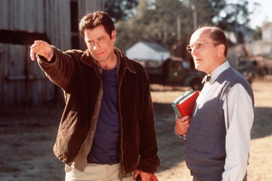 Erstaunt beobachtet der Dorfdoktor (Robert Duvall, r.) die unglaublichen Fähigkeiten, die sein Freund George Malley (John Travolta, l.) seit dem Bl... - Bildquelle: Buena Vista Pictures