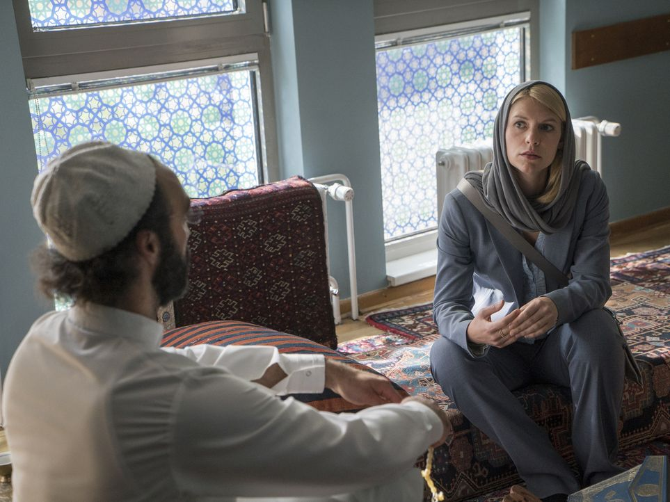 Was führt Carrie (Claire Danes, r.) mit ihrem Besuch bei Sheik Hafiz (Samir Fuchs, l.) im Schilde? - Bildquelle: Stephan Rabold 2015 Showtime Networks, Inc., a CBS Company. All rights reserved.