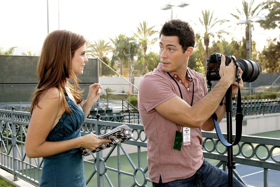 Will (Brian Hallisay, r.), der für einen bekannten Fotografen arbeitet, lädt Megan (Joanna Garcia, l.) und ihre Freundin Caryn zu einem Tennismatch... - Bildquelle: Warner Bros. Television