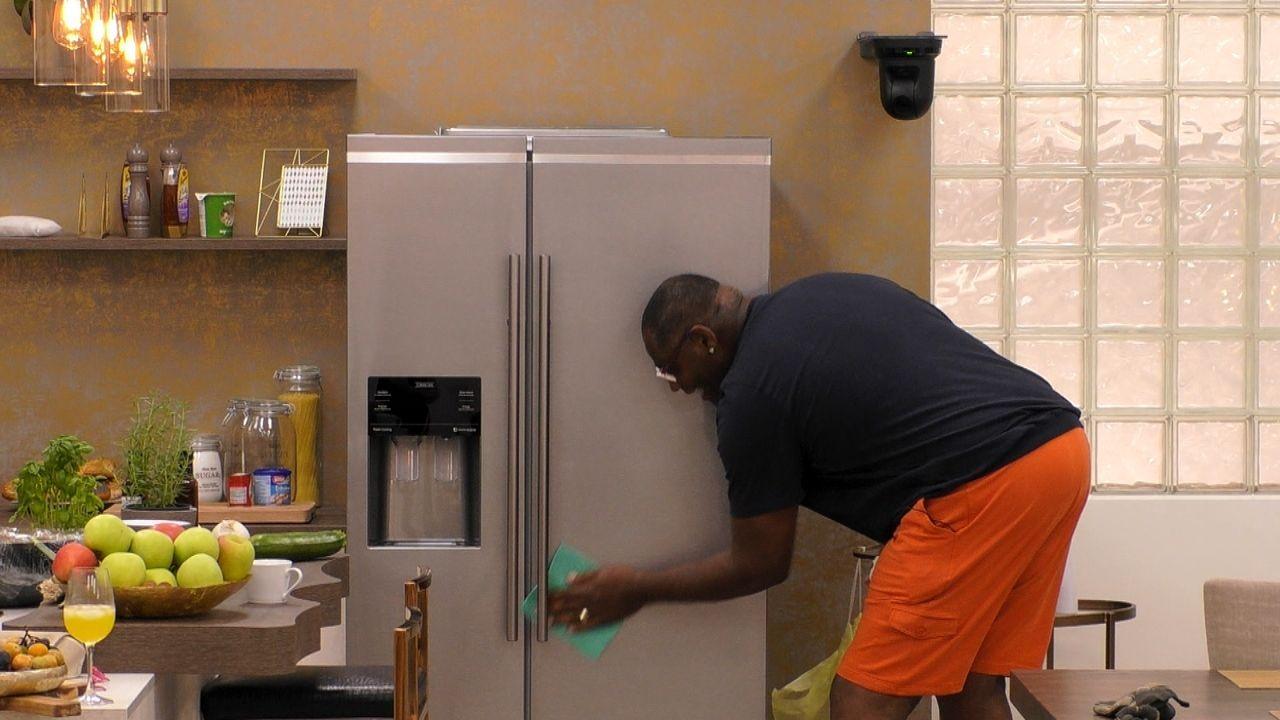 Alphonso putzt die Küche in der Villa