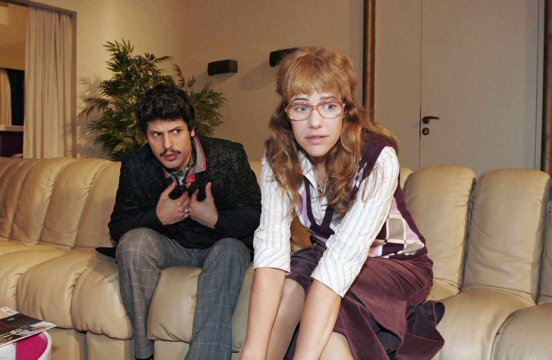Lisa (Alexandra Neldel, r.) überrascht Rokko (Manuel Cortez, l.) - und sich selbst ... (Dieses Foto von Alexandra Neldel darf nur in Zusammenhang mi... - Bildquelle: Monika Schürle Sat.1
