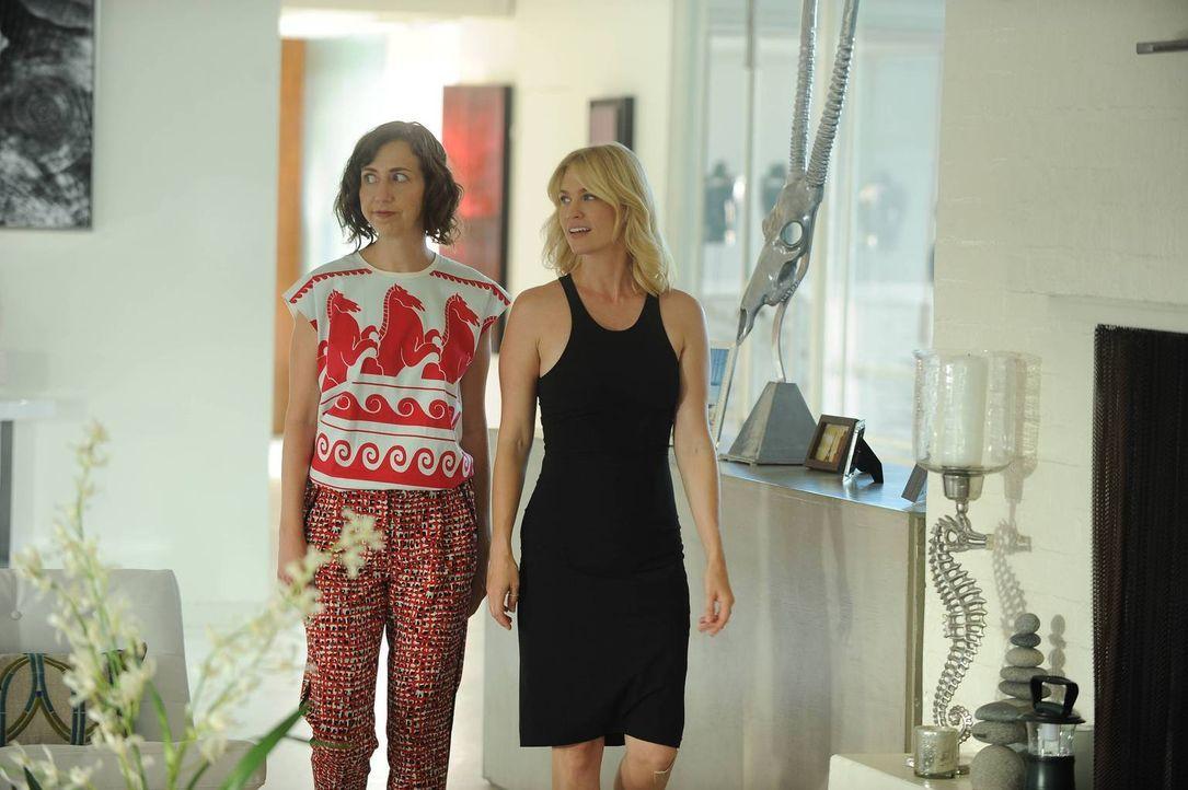 Carol (Kristen Schaal, l.) ist begeistert, als sie sieht, wie Melissa (January Jones, r.) und die anderen in Malibu leben. Wird sie daraufhin ganz v... - Bildquelle: 2015-2016 Fox and its related entities.  All rights reserved.