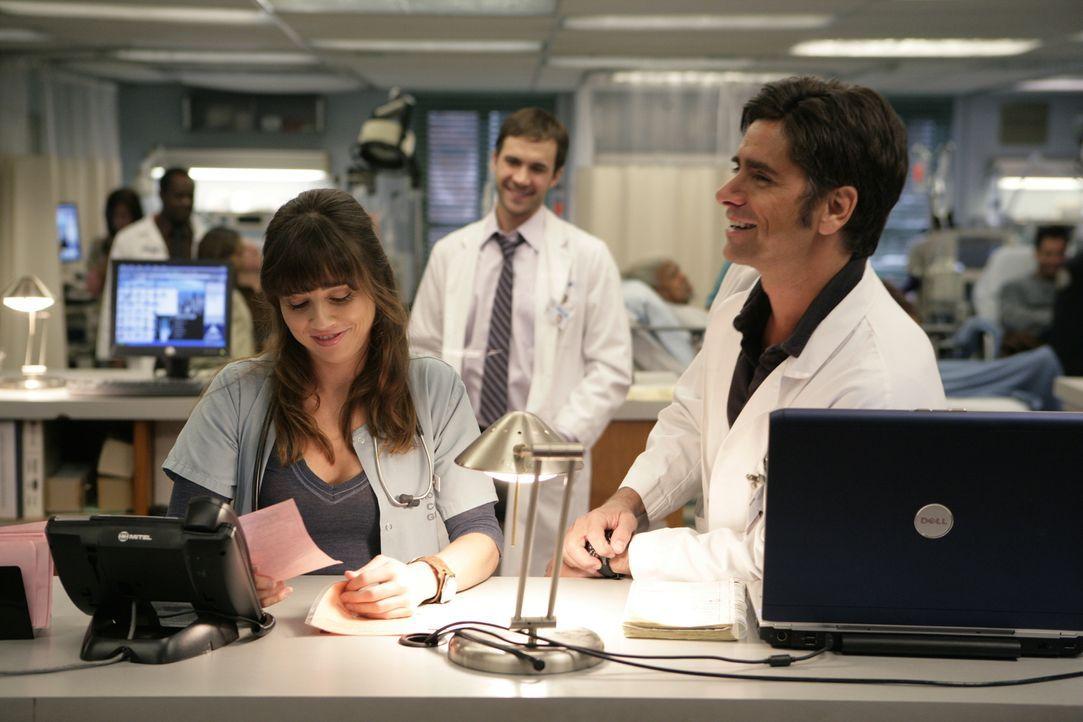 Sam (Linda Cardellini, l.) hat herausgefunden, dass Gates (John Stamos, r.) eine kurze Affäre mit Daria hatte. Dadurch werden all seine Bemühungen... - Bildquelle: Warner Bros. Television