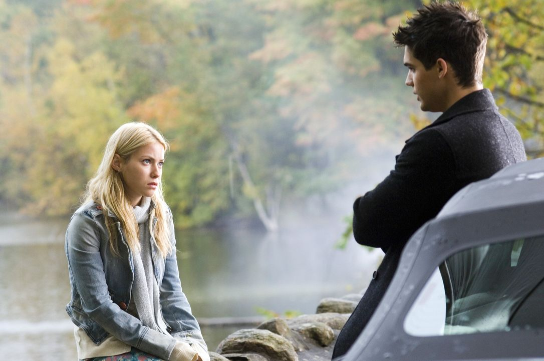 Schon bald verliebt sich Sarah (Laura Ramsey, l.) in den faszinierenden Caleb (Steven Strait, r.). Sie vertraut ihm an, dass sie befürchtet, dass a... - Bildquelle: Sony Pictures Television International. All Rights Reserved.