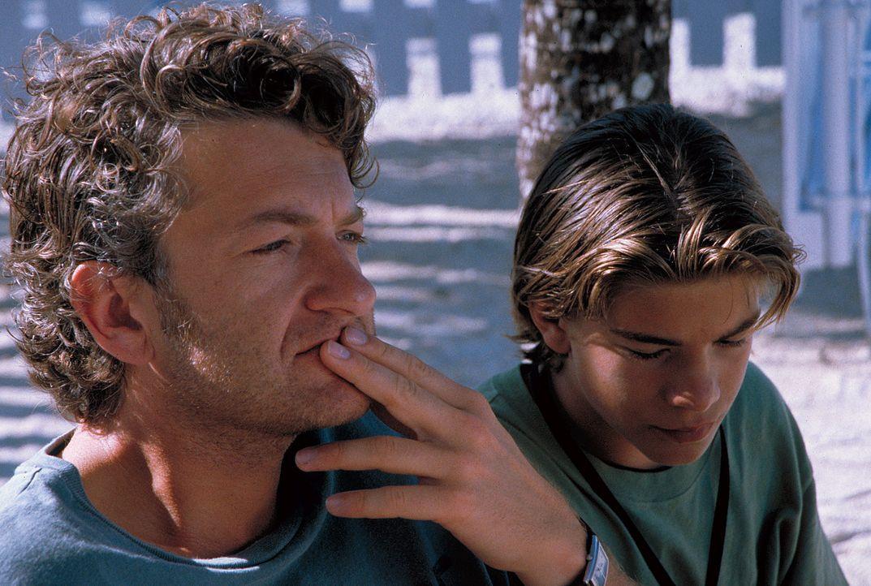Nina und Alex (Philipp Danne, r.) liebt er wie seine eigenen Kinder - aber dass Alex ihn immer noch ablehnt, macht Daniel (Dominic Raacke, l.) schwe... - Bildquelle: Leslie Haslam ProSieben