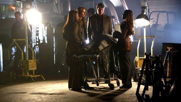 Beckett (Stana Katic, 2.v.l.) leitet eine geheime Ermittlung, um den Mörder i...