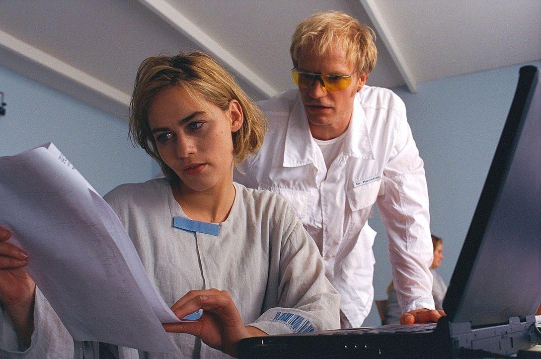Der Psychiater Dr. Hechtler (Thorsten Nindel, r.) gibt Claire (Gesine Cukrowski, l.) die Möglichkeit, ihre Erinnerungen anhand des Internets zu über... - Bildquelle: ProSieben / Wilkins und Klick