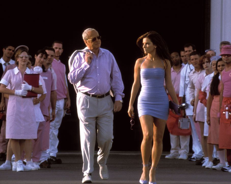 Um einen Bombenleger zu überführen, soll die verdeckte Ermittlerin Gracie Hart (Sandra Bullock, r.) an der Wahl der Miss United States teilnehmen. D... - Bildquelle: 2000. Warner Brothers International Television Distribution Inc.