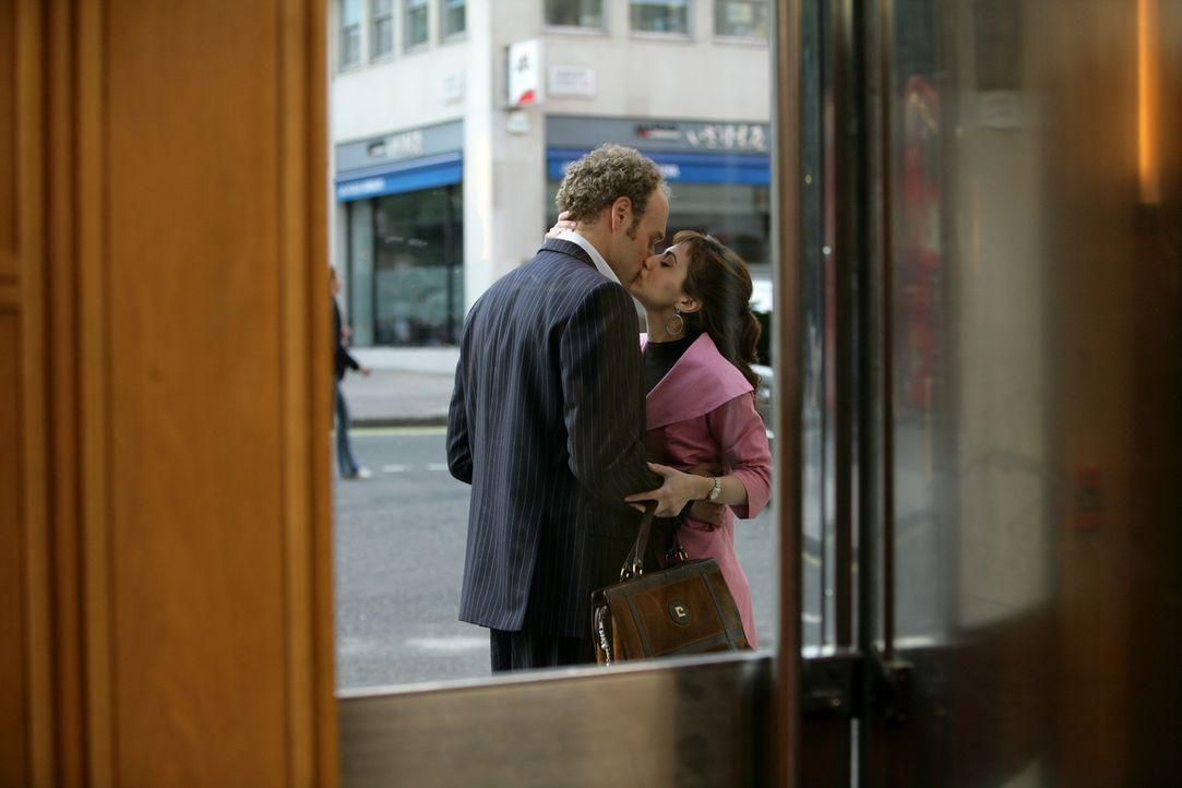 Obwohl sich Jacks (Brittany Murphy, r.) von ihrem Freund James (Elliot Cowan, l.) getrennt hat, hindert es sie nicht daran, regelmäßig mit ihm ins... - Bildquelle: Chris Raphael 2007 EUROPACORP - SKYLINE (LoD) LIMITED