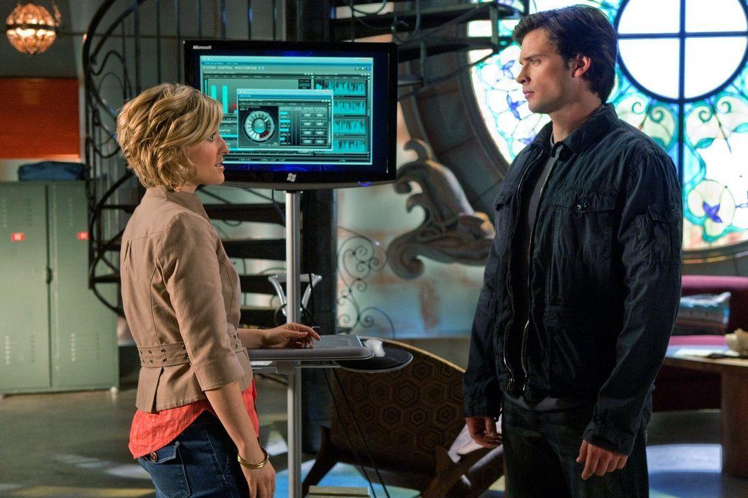 Jor-El erwischte bei seiner Suche nach Clark (Tom Welling, r.) ausgerechnet Chloe (Allison Mack, l.) ... - Bildquelle: Warner Bros.