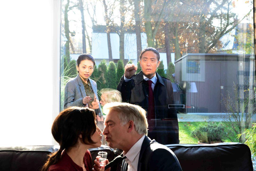 Zwischen den Brückers, Lisa (Bettina Zimmermann, l.) und Michael (Christoph M. Ohrt, 2.v.r.), und den Wangs, Wang Hua (Fang Yu, 2.v.r.) und Li (Lin... - Bildquelle: Christiane Pausch SAT.1