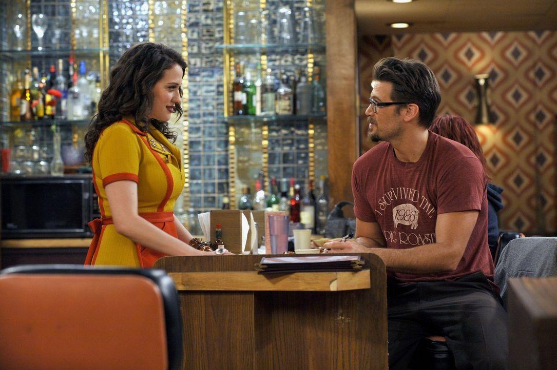 Die Kellnerin Max (Kat Dennings, l.) lässt sich sonst durch nichts aus der Ruhe bringen; der Gast Johnny (Nick Zano, r.) bringt ihren Arbeitsalltag... - Bildquelle: Warner Brothers