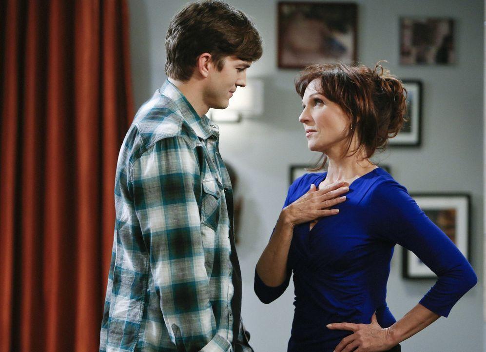 Als Walden (Ashton Kutcher, l.) Linda (Marilu Henner, r.) sieht, die Großmutter seiner neuen Flamme, fühlt er sich zu ihr hingezogen. Doch was wird... - Bildquelle: Warner Brothers Entertainment Inc.
